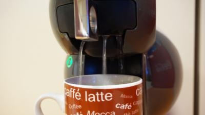 Dolce Gusto Kaffeemaschine: Wasser läuft über den Kapselhalter