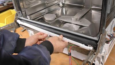 Geschirrspüler läuft vorne aus - Untere Türdichtung tauschen (Siemens / Bosch / Neff)