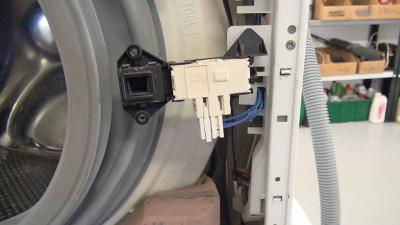 Defektes Türschloss bei der Waschmaschine - Türschloss wechseln (Bauknecht)