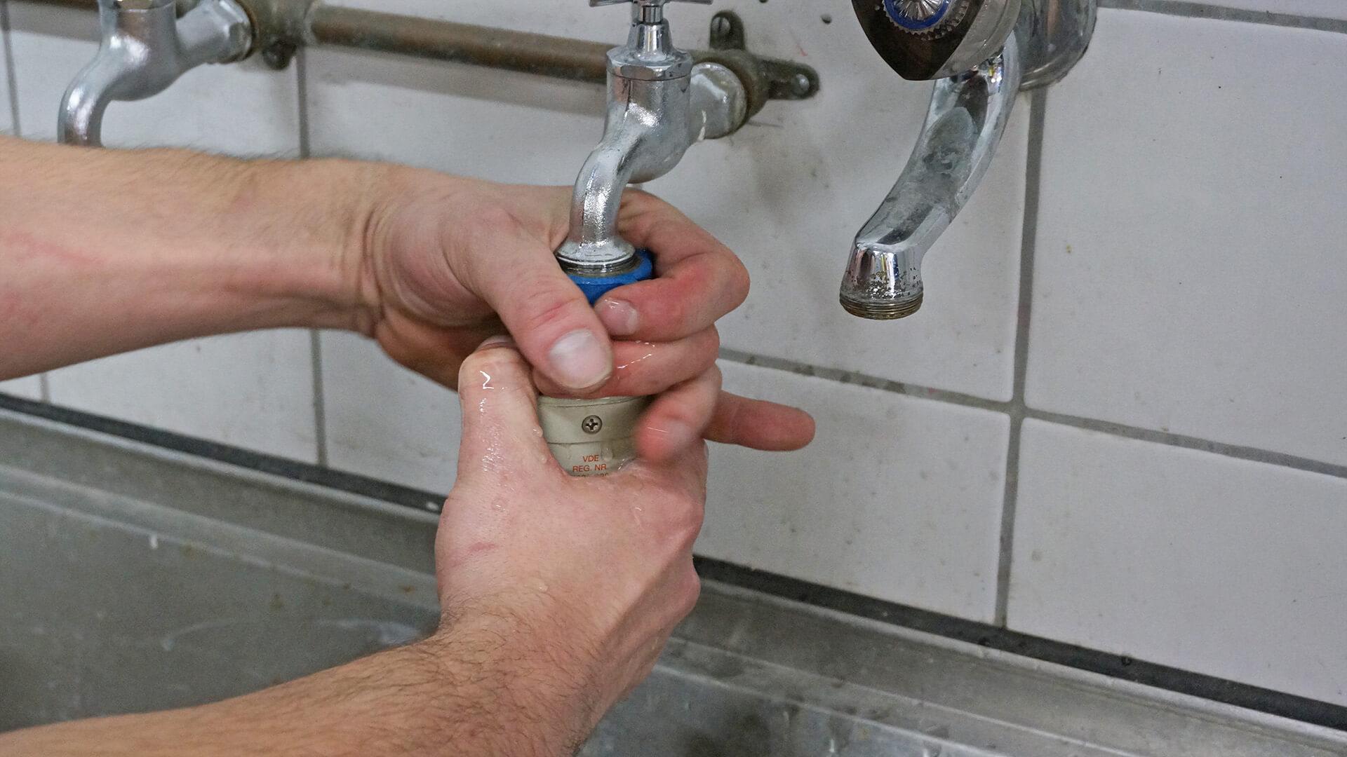Spülmaschine vom Wasser abschließen
