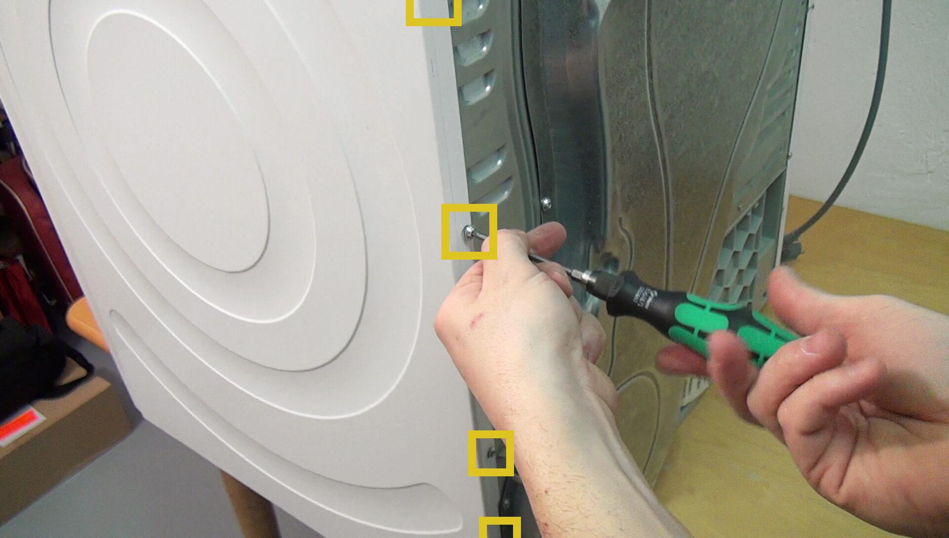Rückseitige Schrauben der rechten Seitenwand entfernen