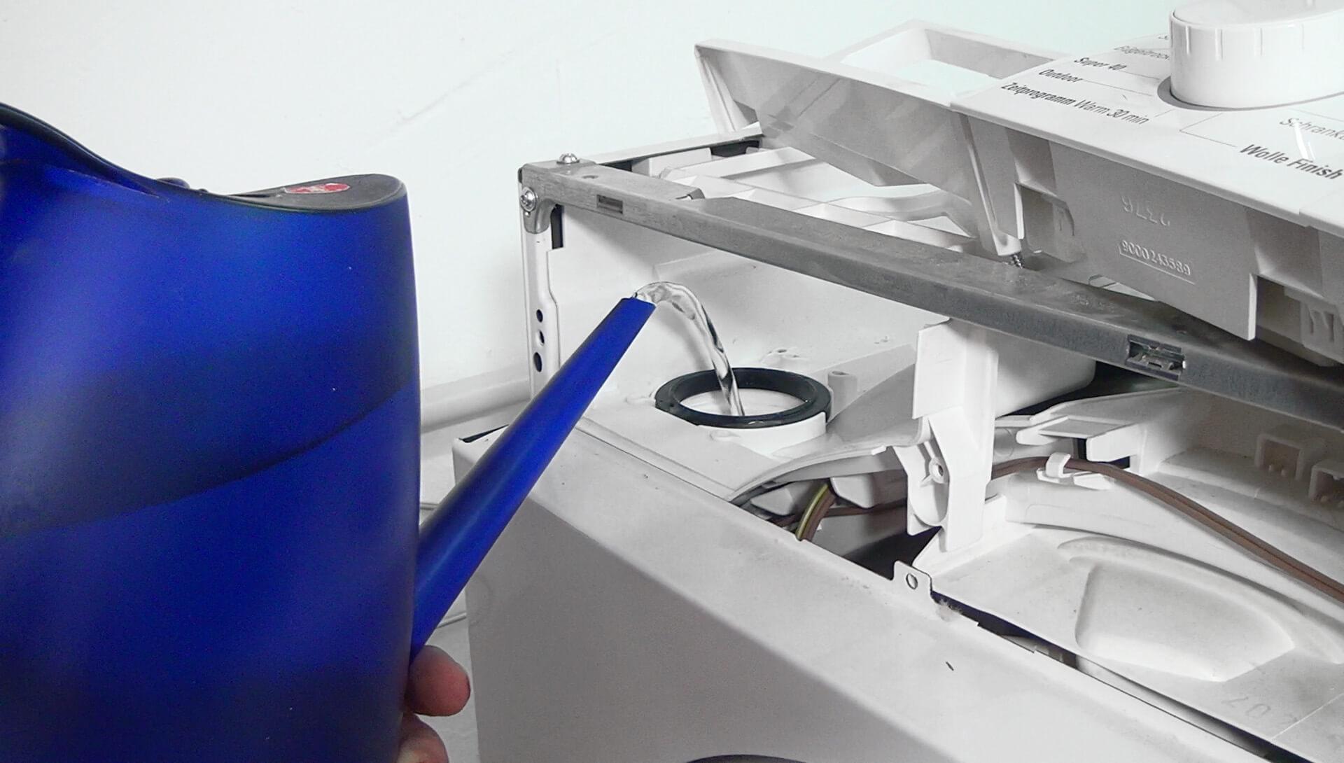Gerät mit heißem Wasser befüllen
